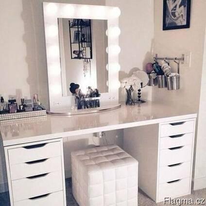 Голливудское зеркало для макияжа с подсветкой.